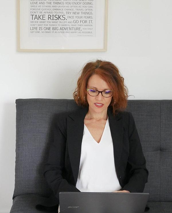 Anne Lansonneur sur son canapé